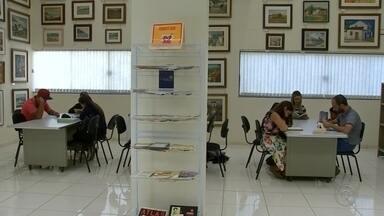 Biblioteca cria projeto para incentivar leitura em Guararapes - A biblioteca municipal de Guararapes (SP) está com um projeto de incentivo à leitura. Quem ler mais livros e entregar um resumo do que entendeu pode ganhar brindes e o título de leitor do mês.