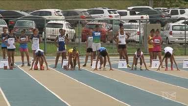 Termina a disputa do atletismo no JEMs em São Luís - Durante a competição, teve atleta que preferiu correr descalço para garantir a medalha.