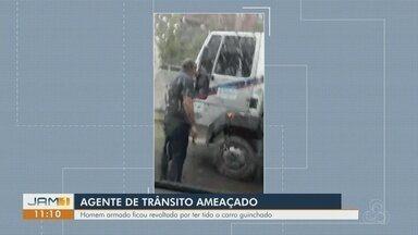 Agente de trânsito é intimidado por homem armado, em Manaus - Homem teria se revoltado por ter carro guinchado.