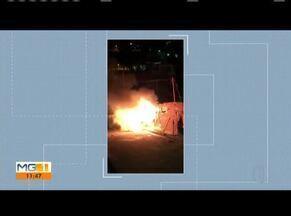 Carro é incendiado em Governador Valares - Veículo ficou destruído.
