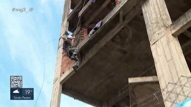 Polícia Militar e Corpo de Bombeiros realizam curso tático móvel em Barbacena - Militares treinaram rapel na estrutura de um prédio abandonado no Centro do município.