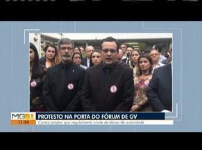 Servidores da Justiça fazem protesto em Governador Valadares - Ato teve objetivo de contestar projeto que regulamenta crime de abuso de autoridade.