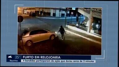 Câmeras de monitoramento registram assalto em relojoaria de Itapecerica - Imagens mostram quatro suspeitos no estabelecimento na área Central da cidade. Eles não foram localizados.