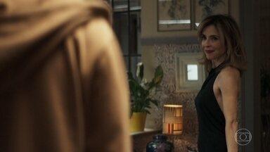 Tonho entrega bolo na casa de Lyris e eles se beijam - Antes de fazer a entrega, ele alerta Jenifer sobre Rael