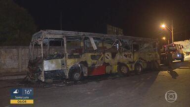 Bandidos colocam fogo em ônibus em Vespasiano, na Grande BH - Coletivo da linha 5605 do Move Metropolitano seguia no sentido Serra Dourada quando os criminosos invadiram o veículo, pediram que todos descessem e colocaram fogo.