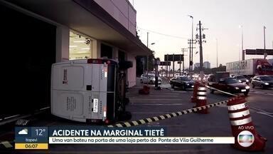 Acidente aconteceu na madrugada desta sexxta-feira (30) - Capotamento envolveu uma van na altura da Ponte da Vila Guilherme.