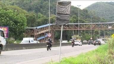 Radares são desativados em duas rodovias no Rio - O Departamento de Estradas de Rodagem do RJ (DER-RJ) desativou 15 radares de velocidade instalados em áreas de risco de duas rodovias na Região Metropolitana. A Polícia Militar do RJ informou que já está reforçando o patrulhamento nos locais.