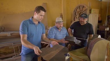 Pedro Leonardo conheceu como é a fabricação da viola artesanal - Pedro conheceu os irmãos José e Jair Fontana, especialistas em madeira e construção de instrumentos de corda, eles confeccionam violas caipiras artesanais usadas por diversos cantores sertanejos do Brasil