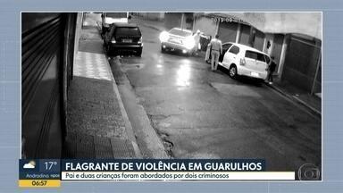 Família é roubada na cidade de Guarulhos e câmera de segurança flagra ação de criminosos - Imagens mostram o pai retirando dois filhos de dentro do veículo antes de ter o carro roubado.