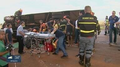 Ônibus de estudantes que tombou na Rodovia Abrão Assed não podia circular entre cidades - Acidente deixou 17 alunos feridos e o motorista em estado grave.