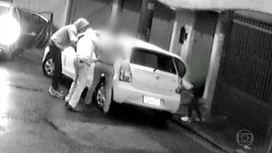 Câmeras de segurança registram o roubo de um carro em Guarulhos (SP) - O motorista só teve tempo de pedir aos bandidos para tirar o filho, de 8 anos, e o sobrinho, de 3, de dentro do veículo.