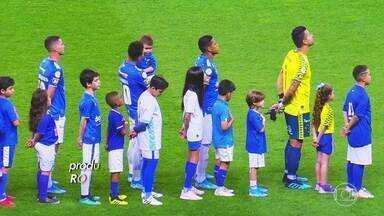 Pequeno torcedor do Cruzeiro vive a emoção de entrar pela primeira vez com o ídolo Fábio - Pequeno torcedor do Cruzeiro vive a emoção de entrar pela primeira vez com o ídolo Fábio