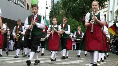 Desfile de aniversário de Blumenau encanta o público na rua XV de Novembro - Desfile de aniversário de Blumenau encanta o público na rua XV de Novembro