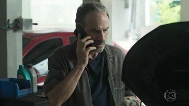 Elias recebe ligação de Missade dando notícias de Helena - Caetano libera Elias para que ele possa ir ao hospital