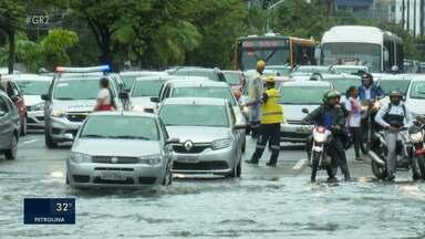 Chuva em Recife causa transtornos para a população - Várias ruas ficaram alagadas e grandes avenidas ficaram congestionadas