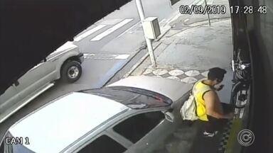 Motorista quase atropela pedestre ao fugir do trânsito pela calçada - Câmeras de segurança registraram o momento em que um motorista subiu com o carro pela calçada e quase atropelou um pedestre, na tarde desta segunda-feira (2), em Sorocaba (SP)
