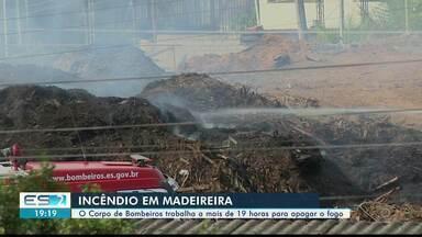 Combate a incêndio em madeireira de Cachoeiro passa de 19 horas - Bombeiros passaram o dia tentando controlar o fogo.
