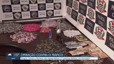 Polícia flagra crianças circulando entre traficantes durante operação em Itanhaém - Drogas, armas e dinheiro são apreendidos e sete pessoas foram detidas.