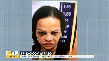 Mulher de traficante poderia ter sido presa na véspera - Deise Mara de Souza Rodrigues foi visitar o marido na cadeia. Mas, mesmo com um mandado de prisão, entrou e saiu normalmente. E acabou presa no dia seguinte.