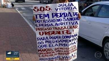 Homem procura emprego com cartaz em Cabo Frio - Filha dele tem doença crônica e precisa de remédios.