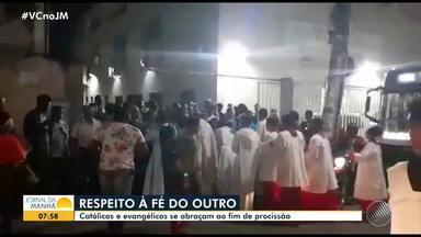 Católicos e protestantes se abraçam ao fim de procissão no bairro de Pau da Lima - Momento de confraternização entre os cristãos emocionou os religiosos.