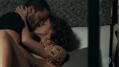Téo beija Josiane - Fotógrafo reconquista a confiança da patricinha para colocar o plano de Maria em prática