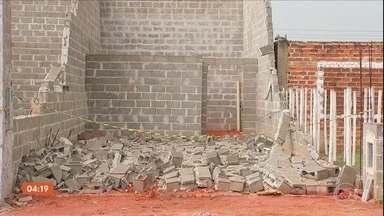 Servente de pedreiro morre após muro desabar em Araçatuba (SP) - O corpo do servente ficou mais de 30 minutos sob os escombros porque os Bombeiros precisaram escorar a parede com cordas, já que a estrutura estava comprometida.
