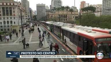 Protesto de motoristas no centro de São Paulo - Motoristas e cobradores de ônibus pedem o fim dos cortes de vagas de trabalho nos ônibus.