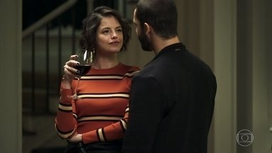 Téo convence Jô a investir seu dinheiro - Ele aconselha a blogueira a aplicar toda a fortuna e ela se empolga