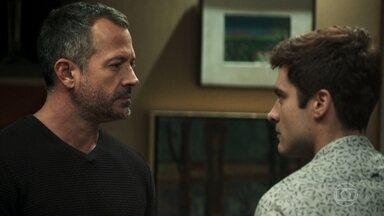 Leandro se declara para Agno - Faxineiro abre seu coração e fala de seus sentimentos ao empresário