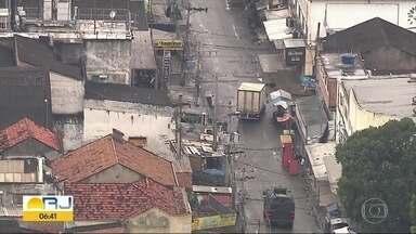 Homem dispara tiros contra blindado da PM no Complexo da Maré - Comando de Operações Especiais da Polícia Militar realiza operação no Complexo da Maré