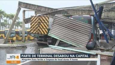 Caminhão derruba estrutura de terminal de ônibus em Florianópolis - Caminhão derruba estrutura de terminal de ônibus em Florianópolis