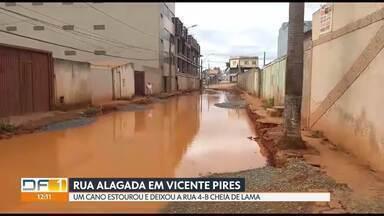 Cano estoura e alaga rua de Vicente Pires - A rua 4-B ficou cheia de lama. Segundo a moradora, um caminhão que estava consertando um meio-fio passou por cima do cano e ele se rompeu. A Caesb arrumou o cano nessa sexta (6), mas hoje a rua continua alagada.