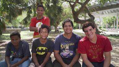 Fã de quadrinhos, família comenta polêmica Na Bienal - Alexandre e Francisco ao lado dos 3 filhos comentam a polêmica em torno do beijo gay em HQ na Bienal do livro no Rio de Janeiro.