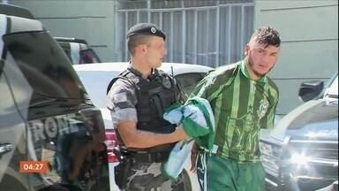 Homens vestidos com a camisa do Coritiba são presos com bombas caseiras - Quatro homens, vestidos com a camisa do Coritiba, foram presos. Com três deles, a polícia encontrou bombas caseiras.