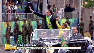 Crianças do DF compareceram ao desfile de 7 de setembro no sábado - Menino de 9 anos pegou carona no carro presidencial.