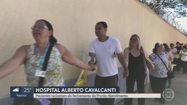Grupo protesta contra fechamento de emergência do Hospital Alberto Cavalcanti, em BH - Manifestação reuniu servidores, usuários e moradores do entorno que deram abraço simbólico na unidade.
