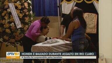 Homem de 28 anos morre baleado durante assalto em Rio Claro - Renato Cesar dos Santos chegava em casa com a mulher e o filho quando foi surpreendido por dois assaltantes.