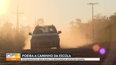 Estrada de terra favorece problemas de saúde em crianças do Incra 7/8 - A região não é asfaltada e o ônibus escolar está sempre empoeirado.