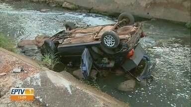 Carro cai em córrego na Avenida Francisco Junqueira durante perseguição - Quatro ocupantes do veículo foram socorridos. Motorista tinha bebido.