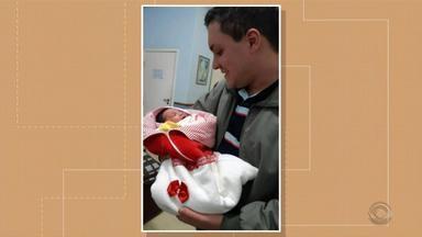 Mulher dá à luz dentro de carro com ajuda de sargento em Pelotas - Mãe e bebê passam bem.