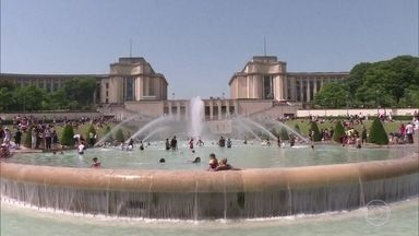 Onda de calor na França em junho e julho matou mais de 1.000 pessoas - Metade dos mortos é de pessoas com mais de sessenta anos. Ações preventivas do governo ajudaram a evitar mais mortes.