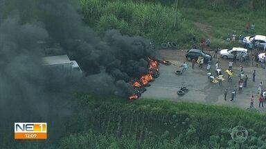 Protestos interditam PE-60 e BR-101, no Grande Recife - Manifestações pediam a regularização do transporte alternativo de pequeno porte.