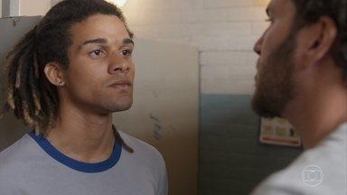 Waguinho é flagrado por Zeca vendendo drogas no banheiro da escola - Elomar expulsa o garoto da escola