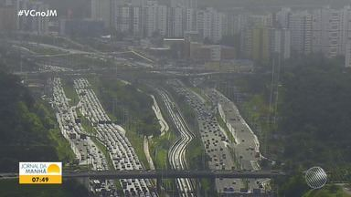 Chuva e acidentes deixam o trânsito lento em Salvador no início da manhã desta terça-feira - A Avenida Paralela tem fluxo intenso de veículos nos dois sentidos, assim como a Jequitaia.