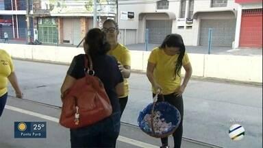 Secretaria de Educação de Campo Grande faz ações no Setembro Amarelo - Profissionais entregam panfletos e falam sobre valorização da vida.