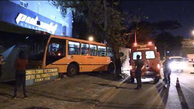 Acidentes com ônibus chamam atenção - No Cabral, motorista teve mal súbito e em São José dos Pinhais, o motorista esquece de puxar o freio de mão e veículo fica desgovernado