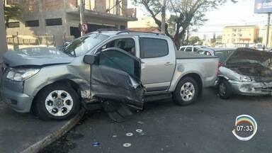 Perseguição policial termina em acidente em Jacareí - Três pessoas ficaram feridas, sendo uma delas um homem que fugiu da polícia na tentativa de abordagem. No carro foram encontradas drogas e munições, segundo a PM.