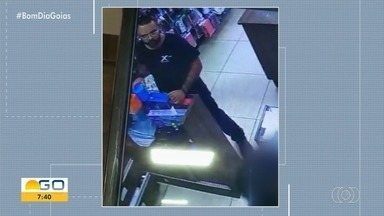 Suspeito de furtar caixa de som e esconder na calça é preso em Goiânia; vídeo - Ele foi reconhecido após outro comerciante denunciar que homem tinha furtado produtos de supermercado.