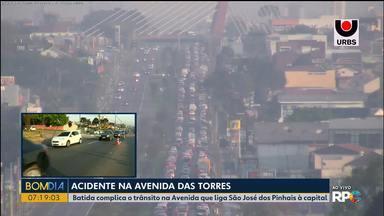 Trânsito deixa trânsito lento na Av. Comendador Franco - Dois ônibus que levavam trabalhadores de uma empresa ficaram feridos.